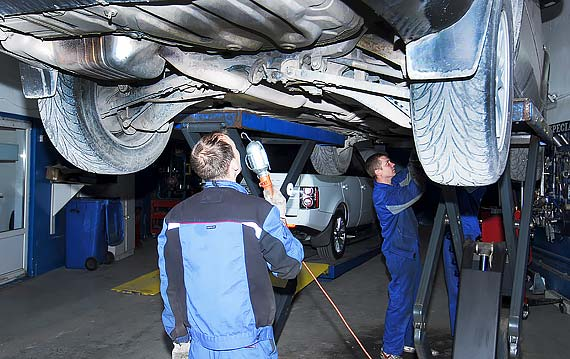 Проверки под автомобилем VOLVO XC70 при техническом обслуживании